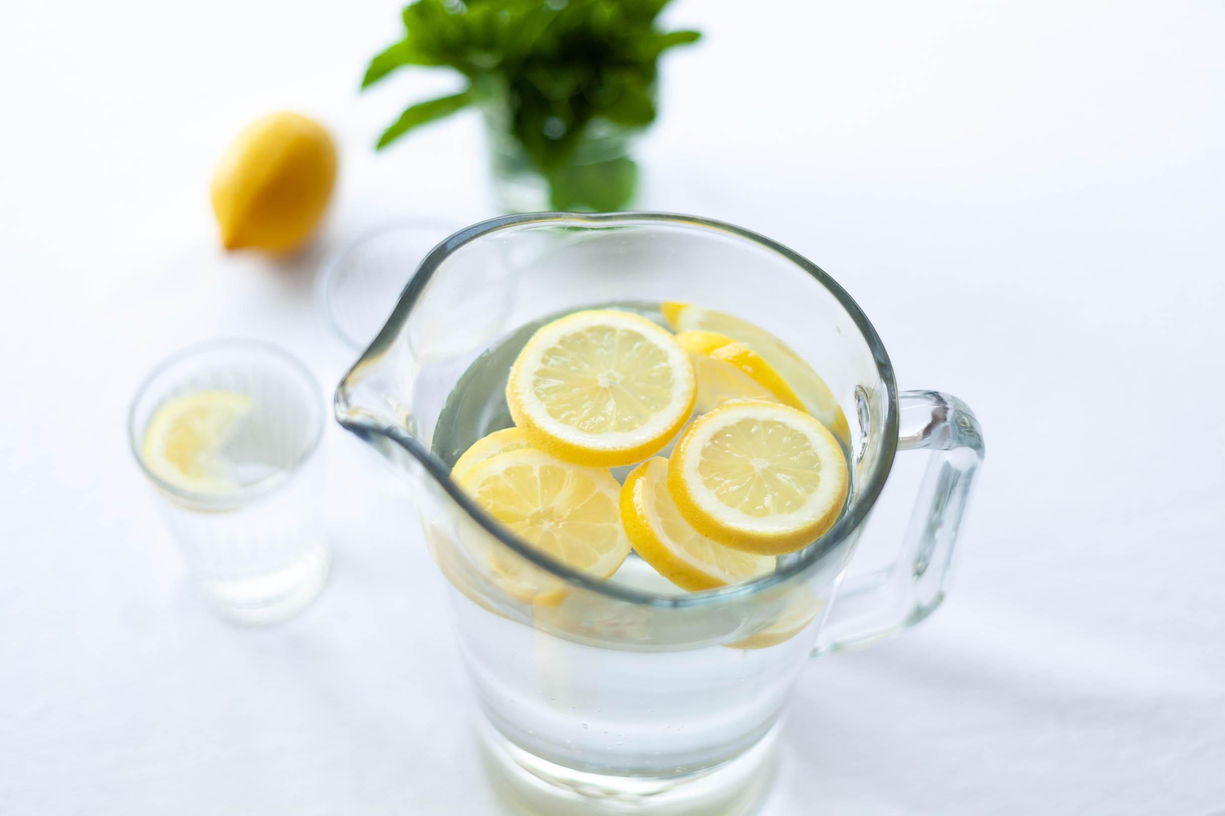 Zum selber machen: Wasser mit Zitronen und Kräuter